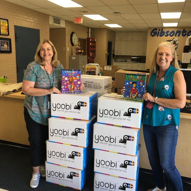 El personal de la Escuela Primaria Gibsonton posa con los suministros provistos por la Fundación de Educación de Hillsborough